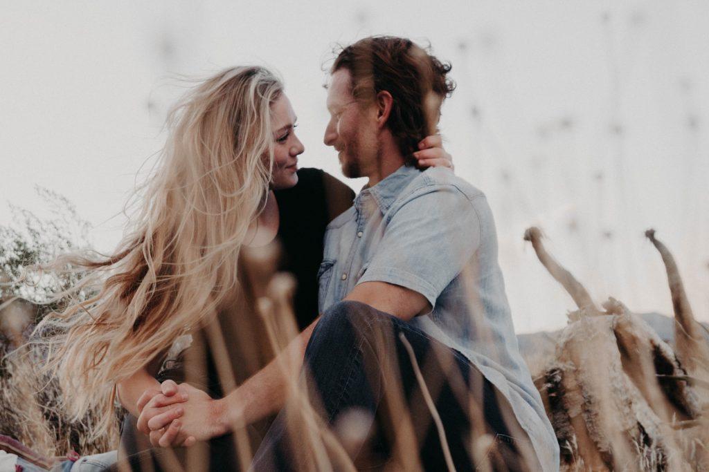 12 Signalen Dat Een Man Verliefd Op Jou Is (Maar Hij Het Verborgen Houdt)